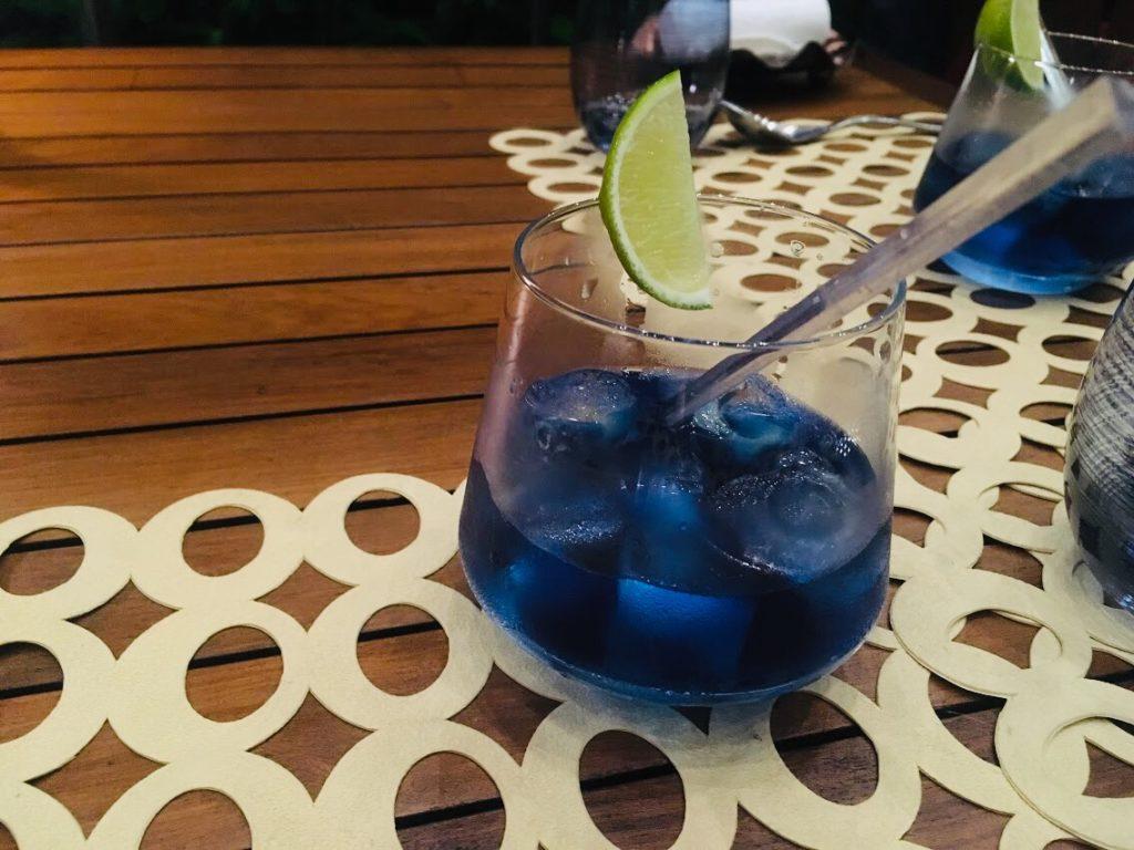 アナンタラ・ラヤン・プーケットのレストラの色が変わる飲み物