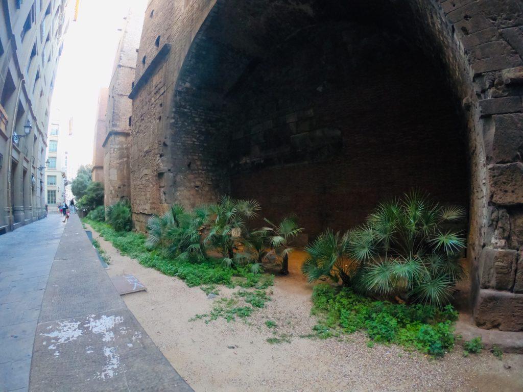 バルセロナの旧市街観光!歴史的な壁