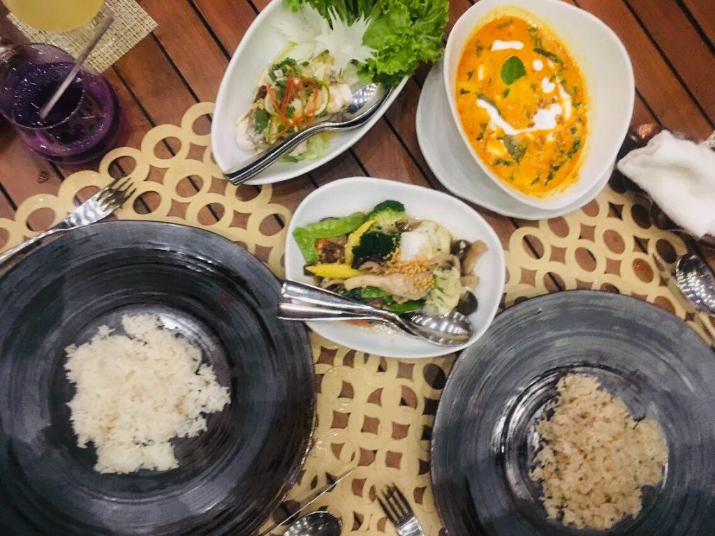 アナンタラ・ラヤン・プーケットのレストランのメイン料理