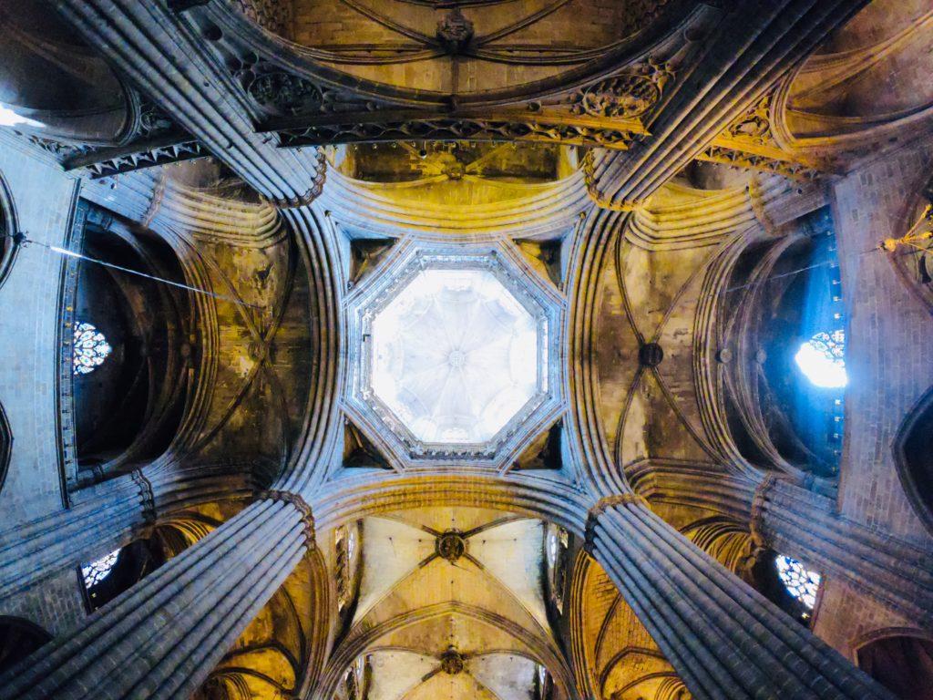 バルセロナの旧市街にあるカテドラルを観光!天井の奥行き