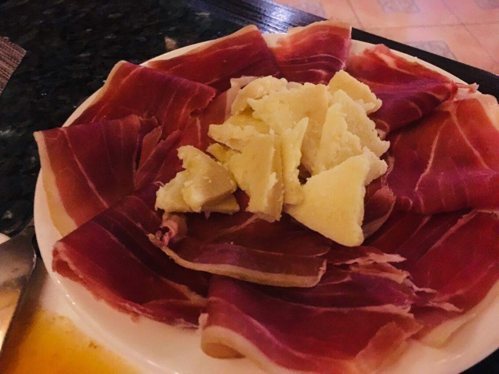 セブのスペイン料理。生ハムとチーズ