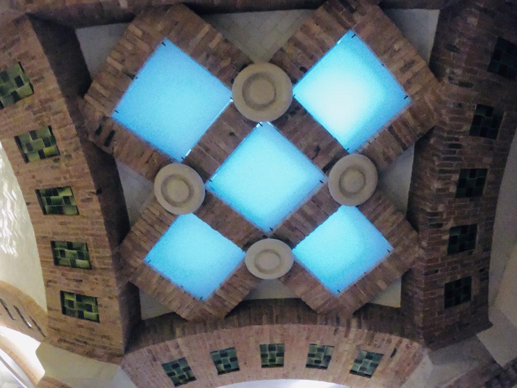 サンパウ病院搬送口の天井を観光
