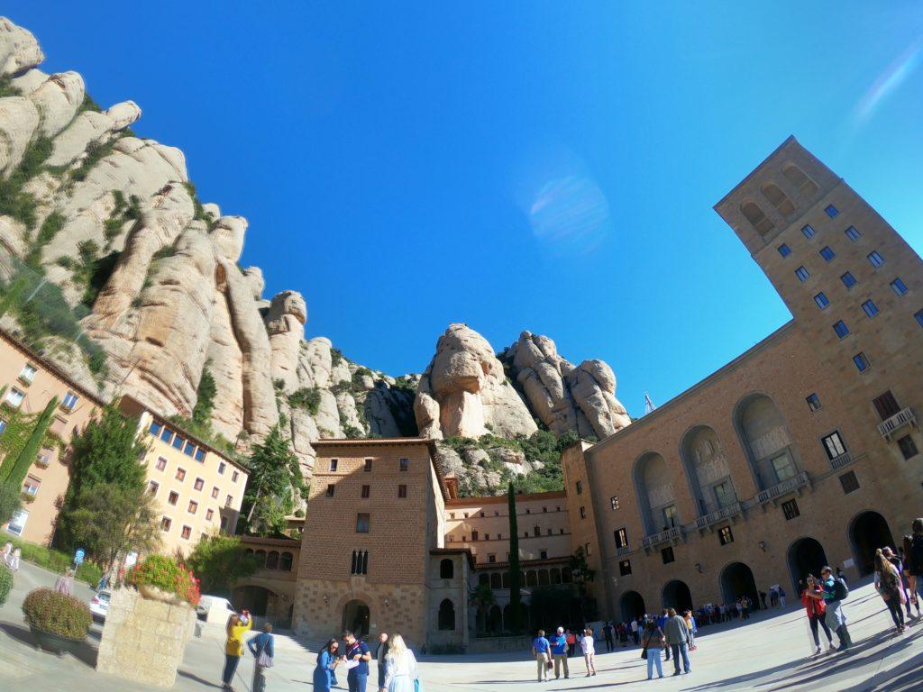 バルセロナのここは観光したい!モンセラット教会前の広場