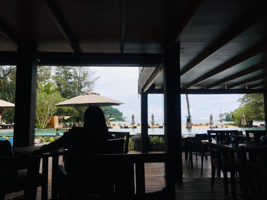 アナンタラ・ラヤン・プーケットのレストランから眺めるプール