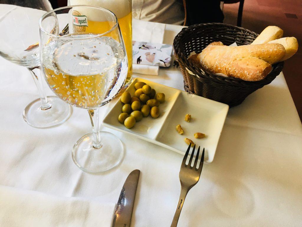 バルセロナのレストランLesQuinzaNitsパンとオリーブおすすめ