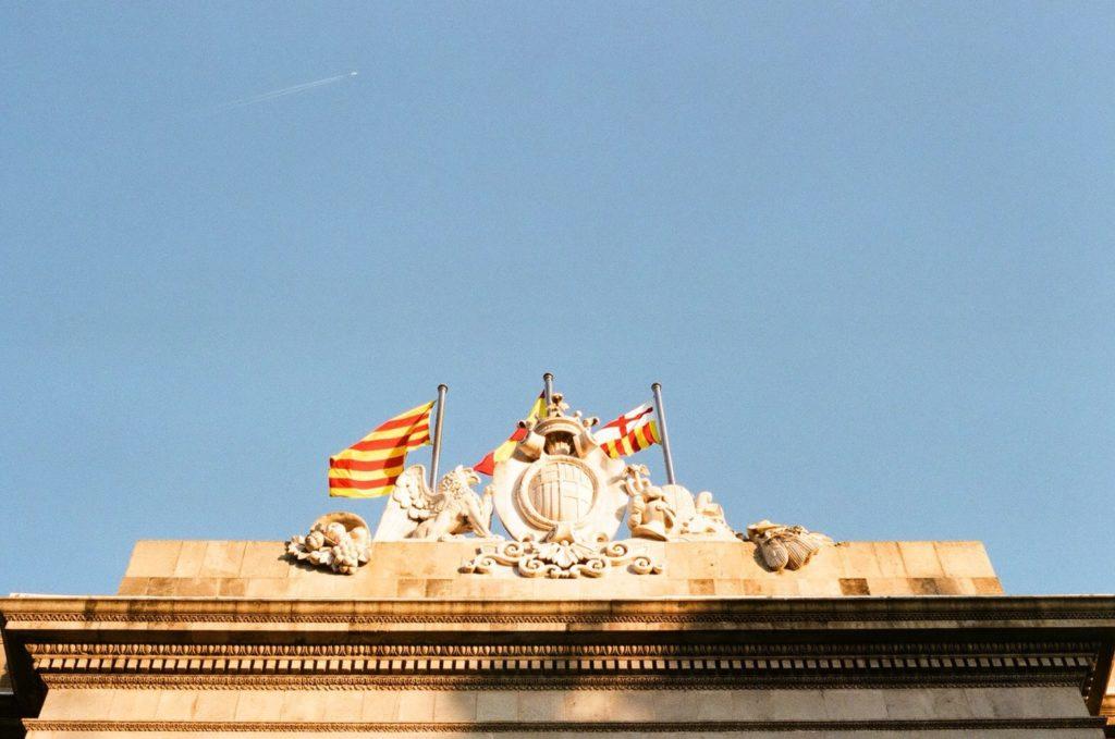 バルセロナの旧市街観光で見つけたスペインの国旗