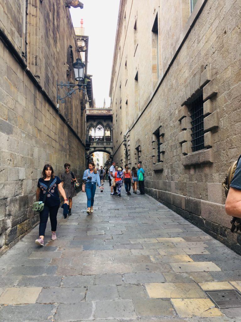 バルセロナのカテドラル近くの旧市街の道を観光
