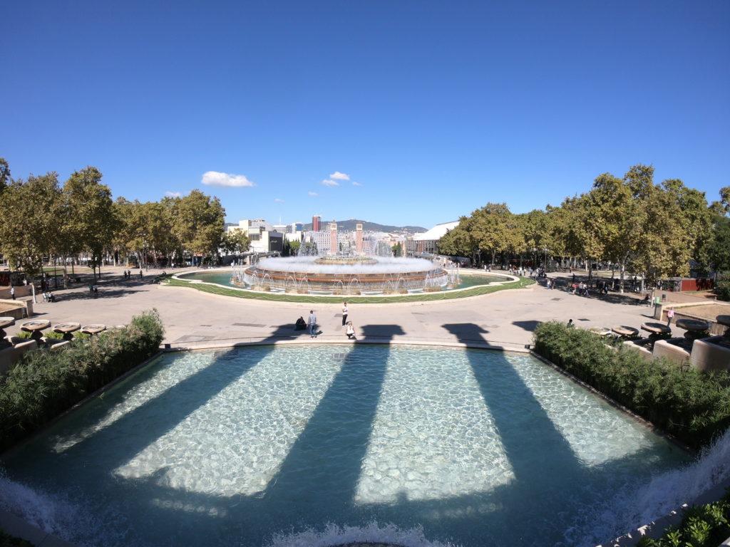バルセロナのモンジュイックの道を観光
