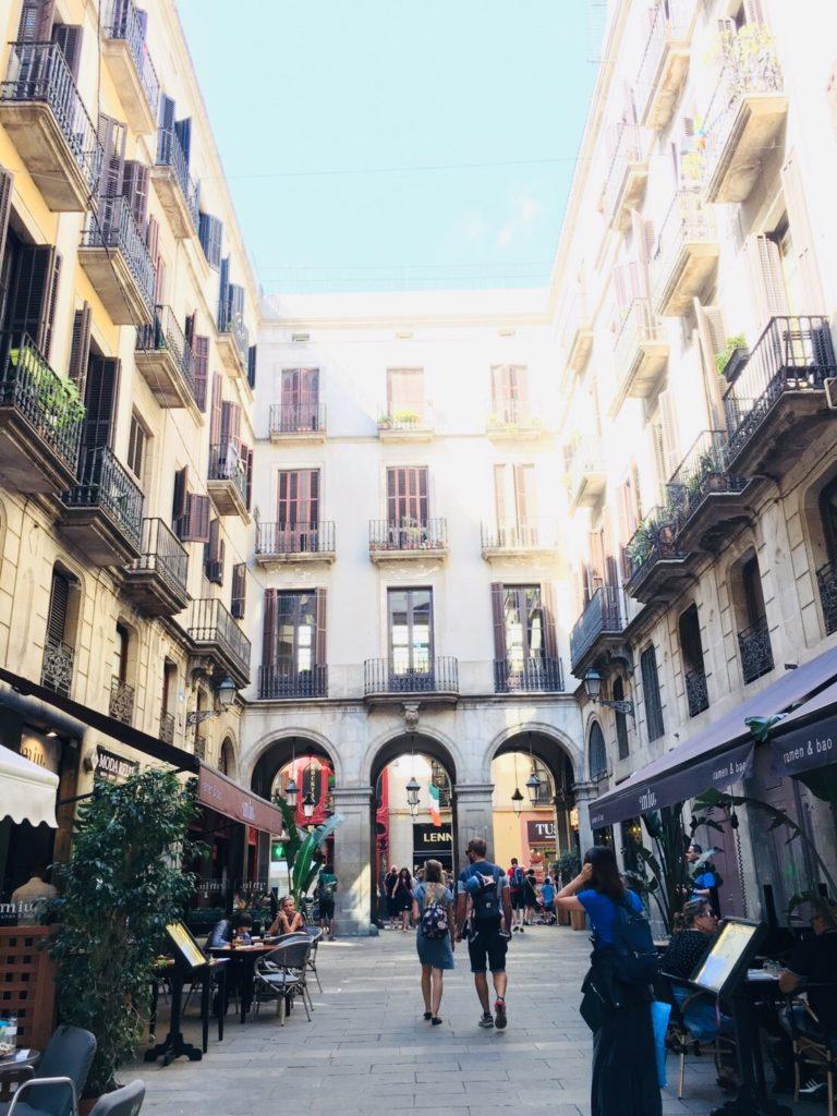 バルセロナでレストランが集まるレイアール広場