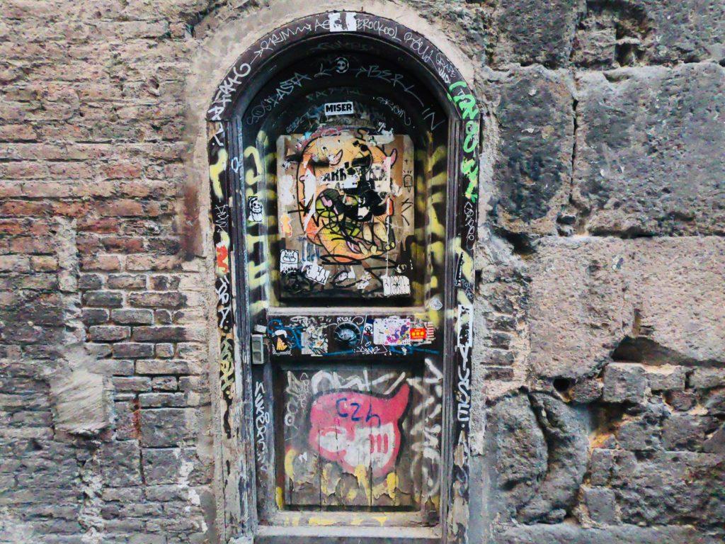 観光しながら見つけた旧市街のアートな扉!バルセロナのアートスポット