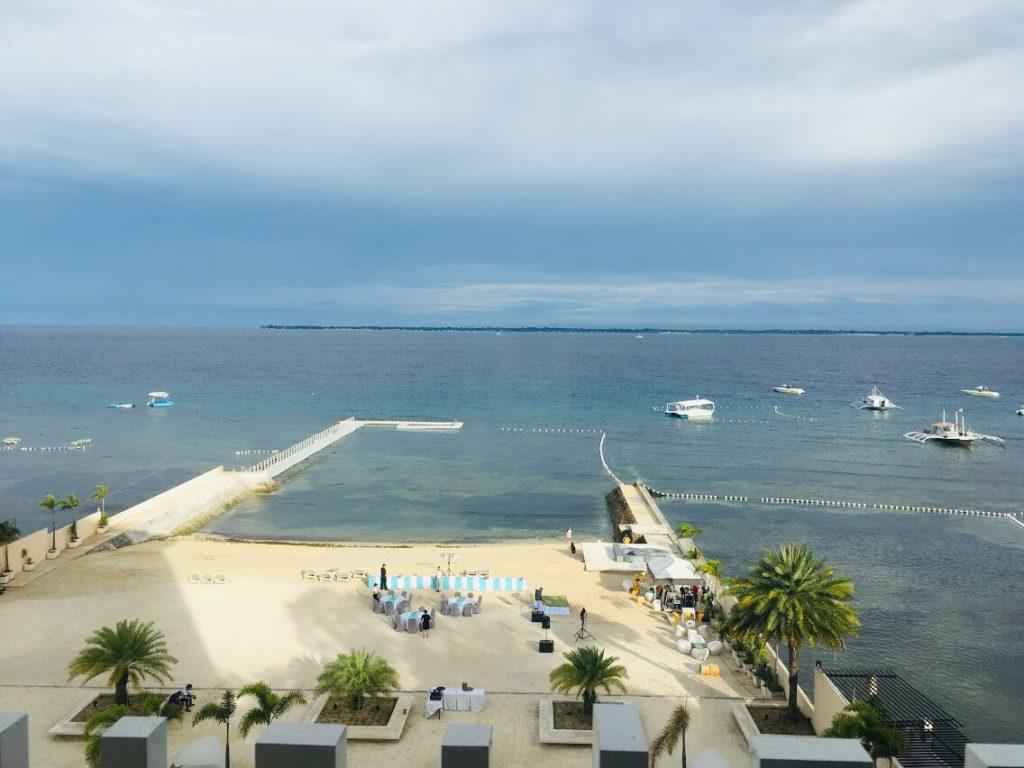 部屋から見るビーリゾートマクタンのプライベートビーチ