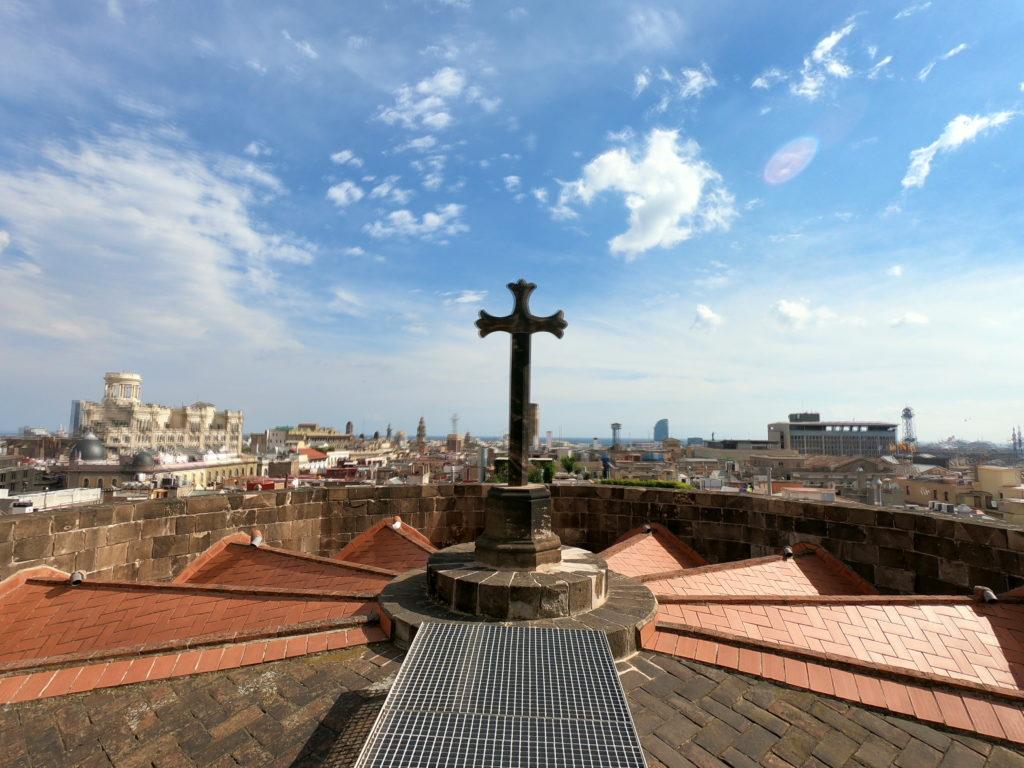 バルセロナ旧市街カテドラルの頂上を観光