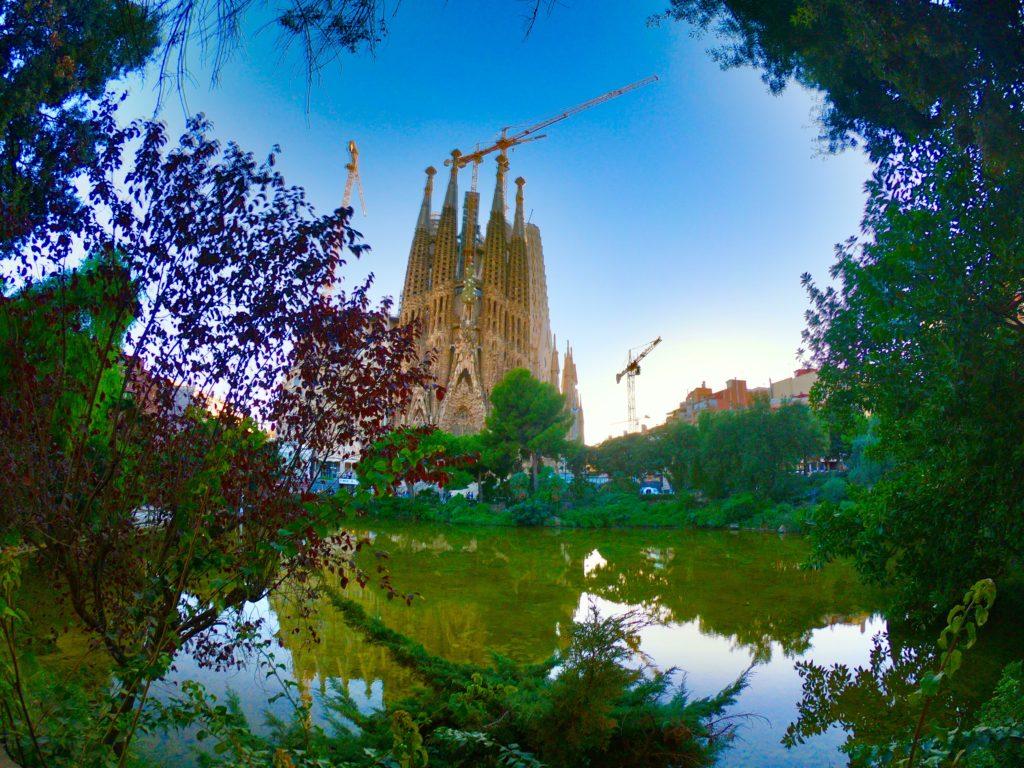 バルセロナの公園からのサグラダファミリア