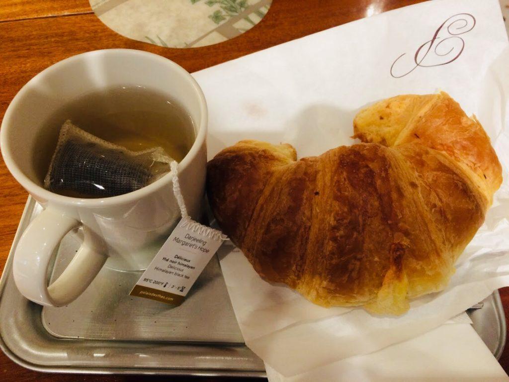 パリのパン屋のクロワッサン朝食セット