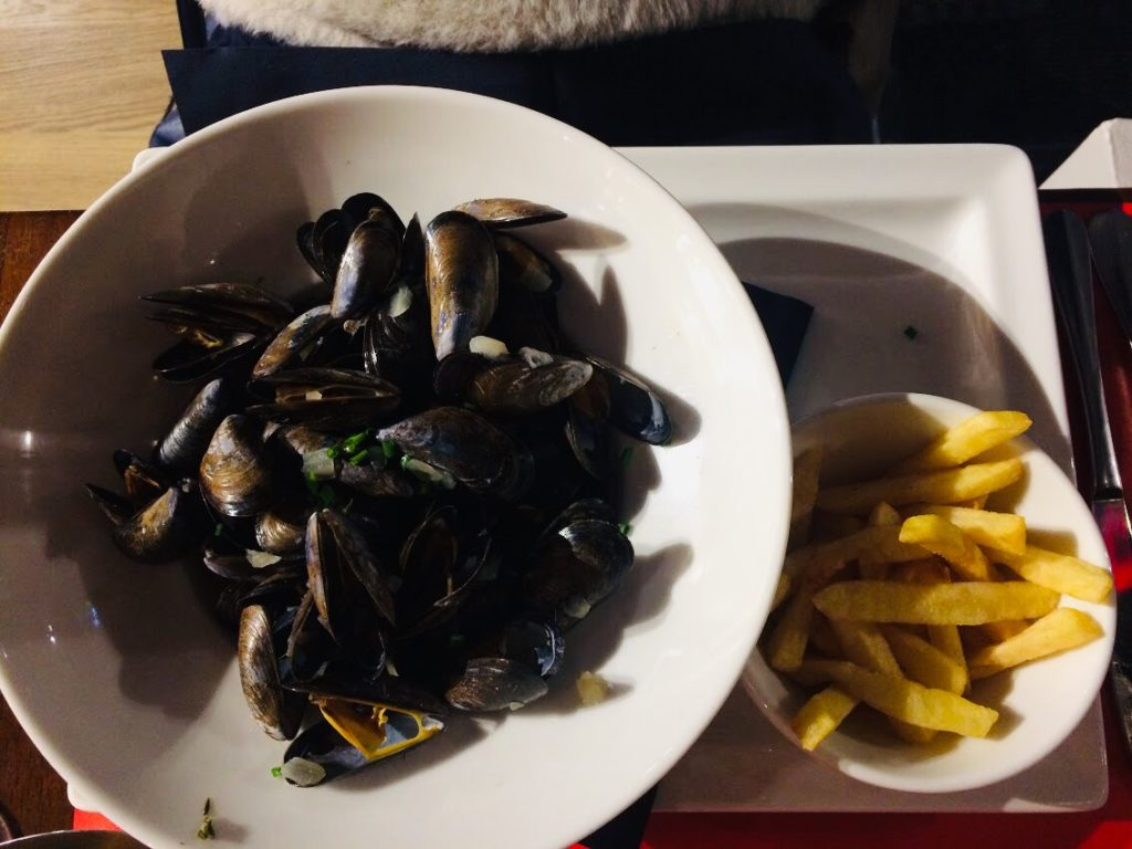 モンサンミシェルレストランで食べるムール貝