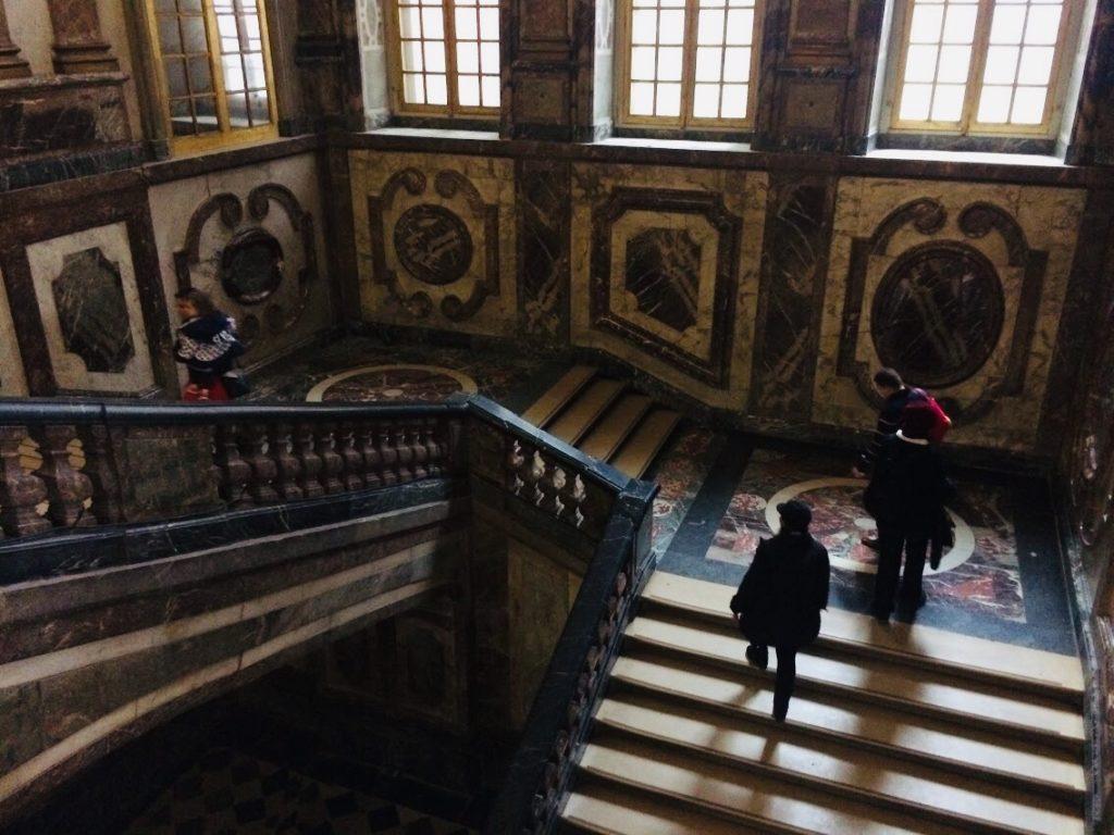ヴェルサイユ宮殿の階段は階段でさえも観光になる!
