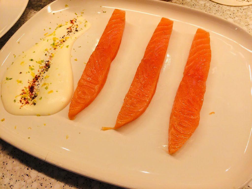 サーモンはやっぱりパリのおすすめモダンフレンチレストランでも美味しい