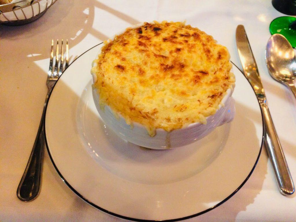 パリのおすすめレストランで食べたオニオンスープ