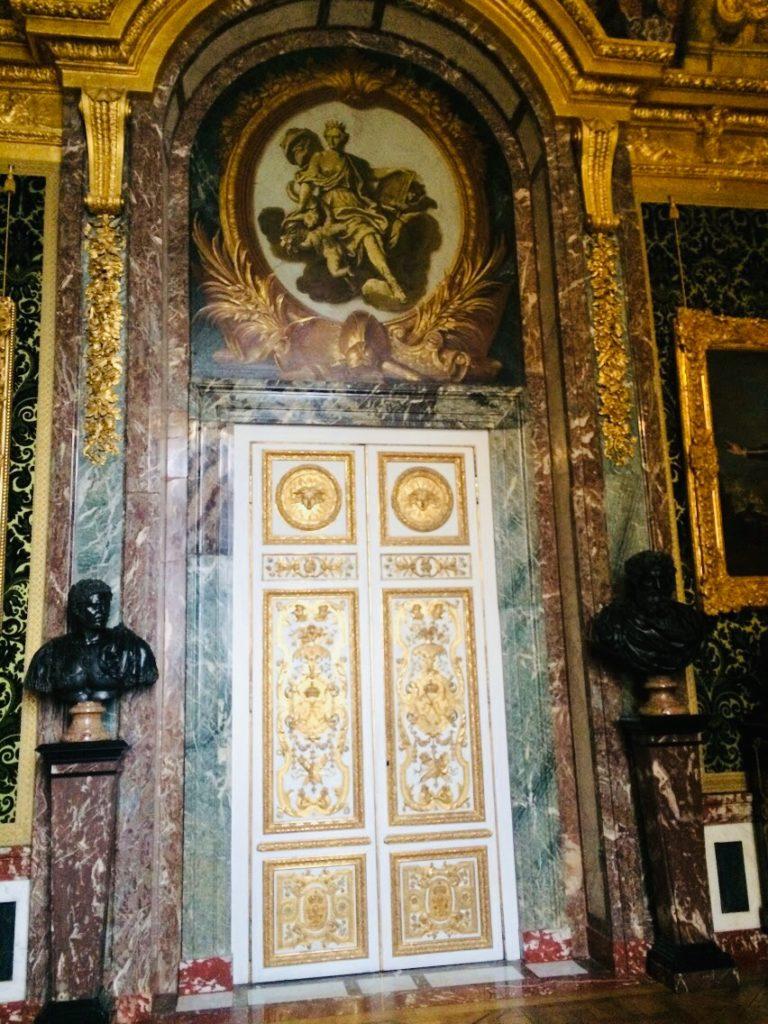 ヴェルサイユ宮殿観光ではこんな金の扉も!