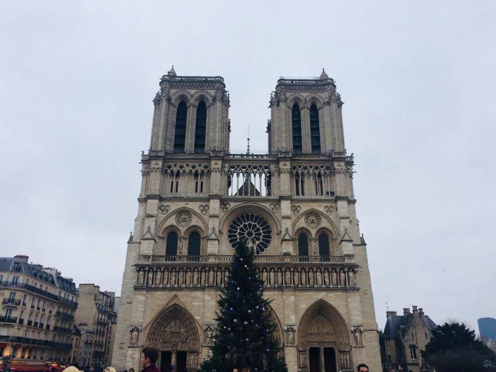 パリ旅行のモデルコースノートルダム大聖堂