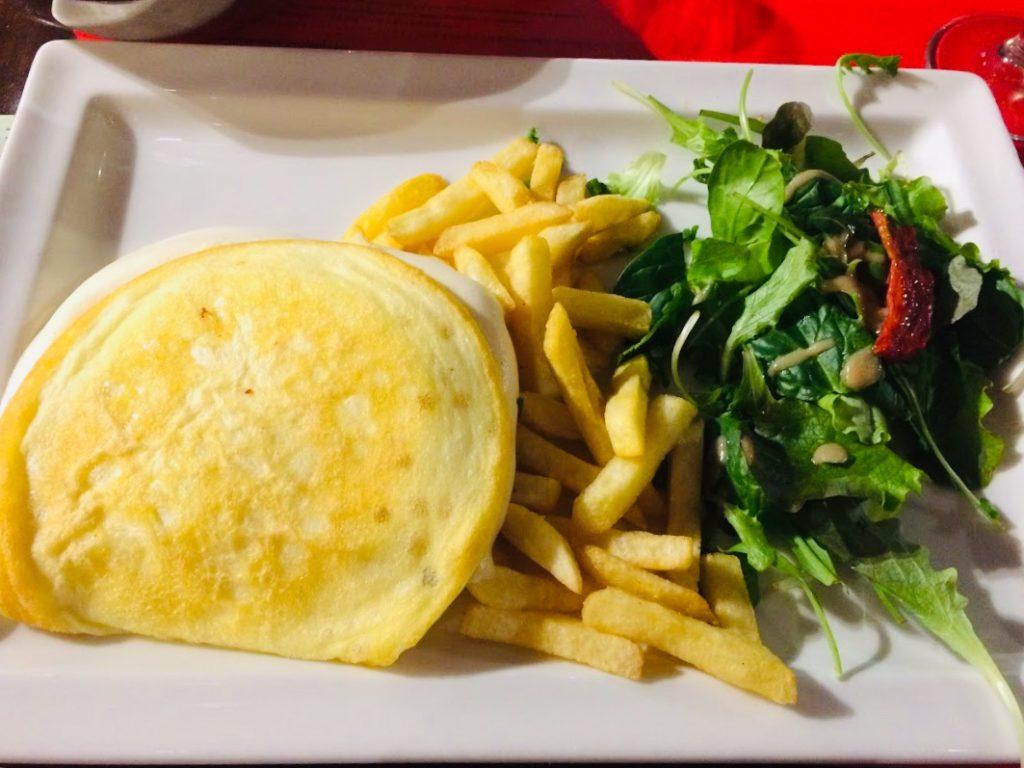モンサンミシェルレストランで食べるオムレツ