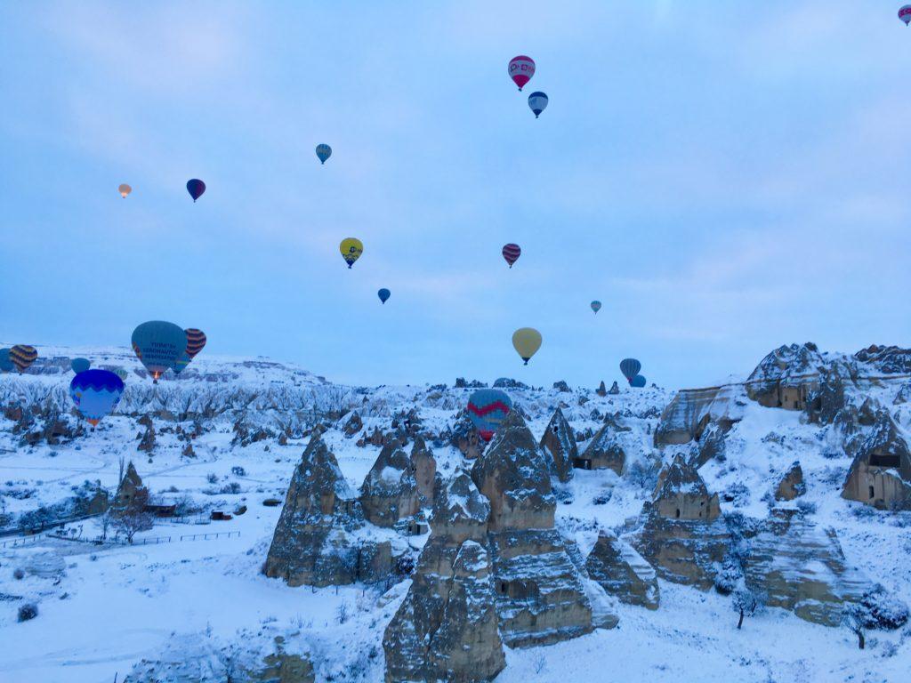カッパドキアの奇岩の中を飛ぶ気球。ツアーでみる