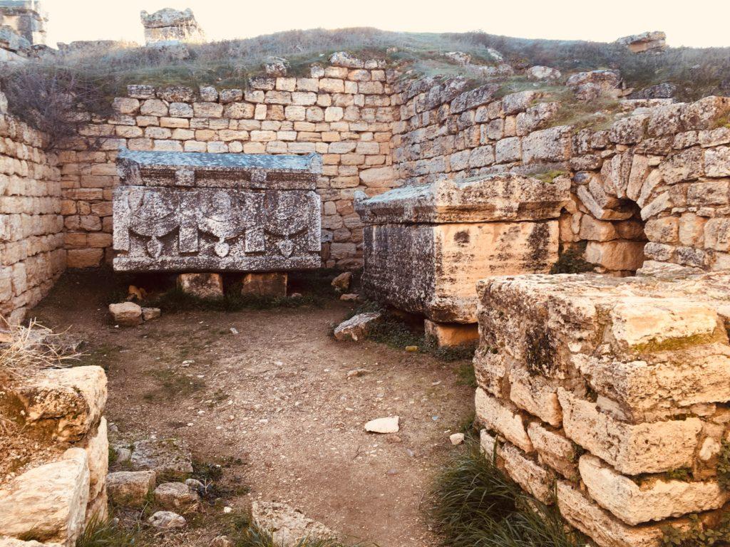 パムッカレ遺跡の部屋を観光