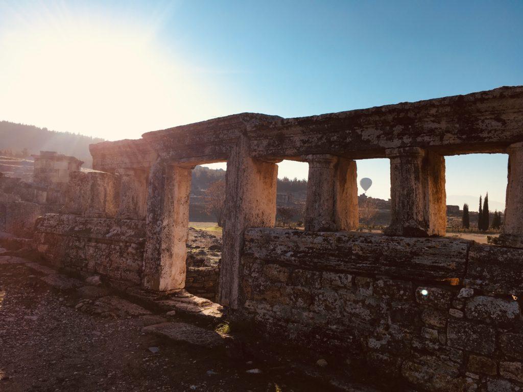 パムッカレ遺跡の柱を観光