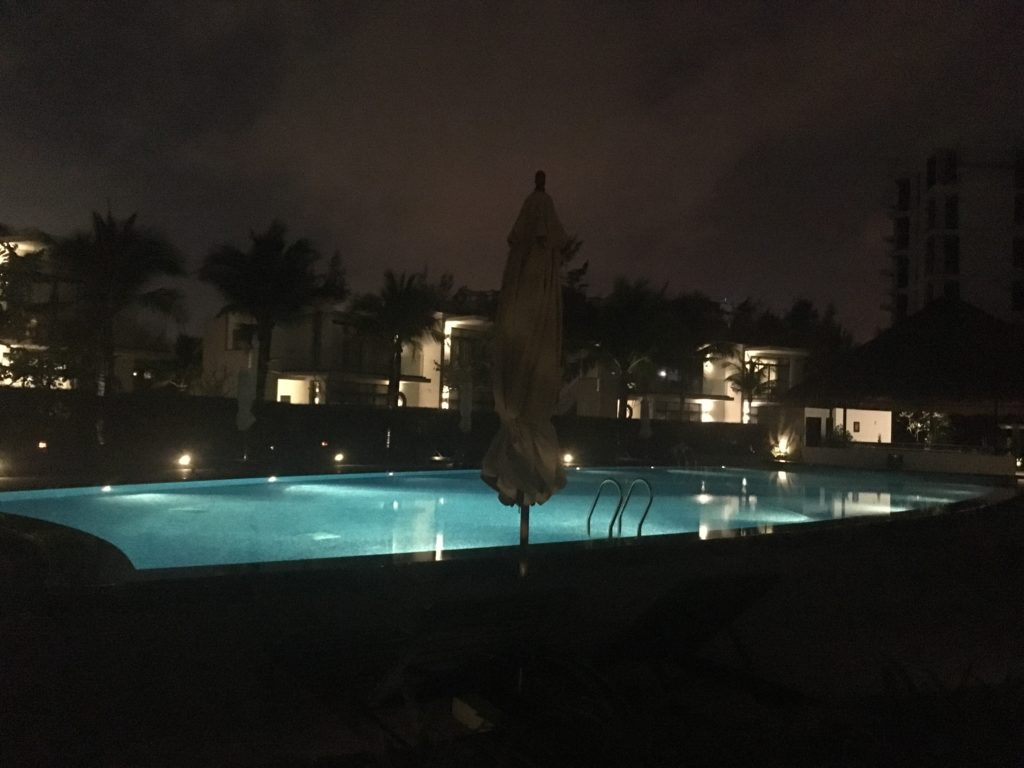 リゾートホテルメリアダナンのプールは夜も綺麗