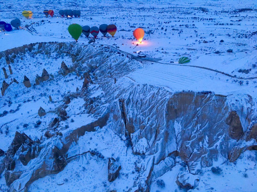 カッパドキアを離陸をしようとしている気球たち。ツアースタート