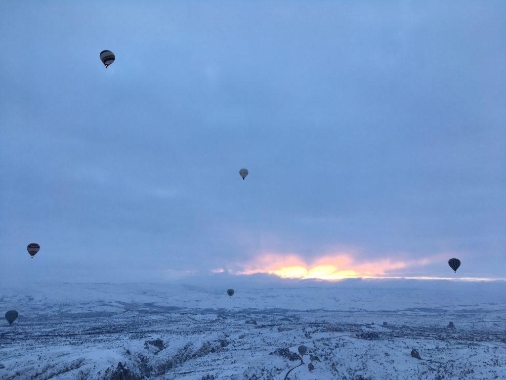 カッパドキアの気球ツアーで見る朝焼け