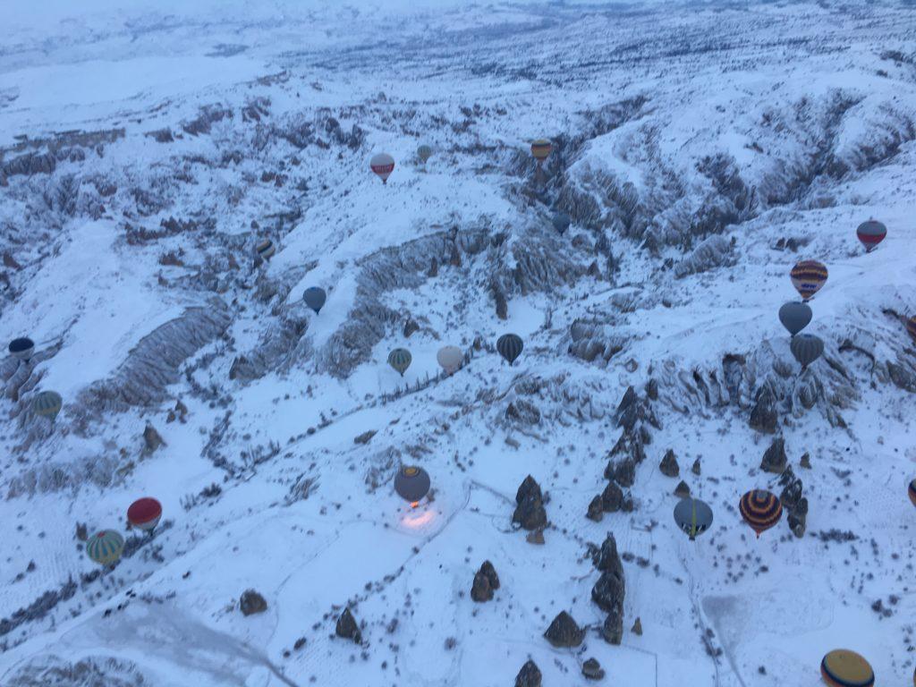 上空を気球ツアーで旅するカッパドキア