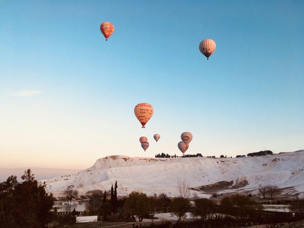 パムッカレで見る気球を観光