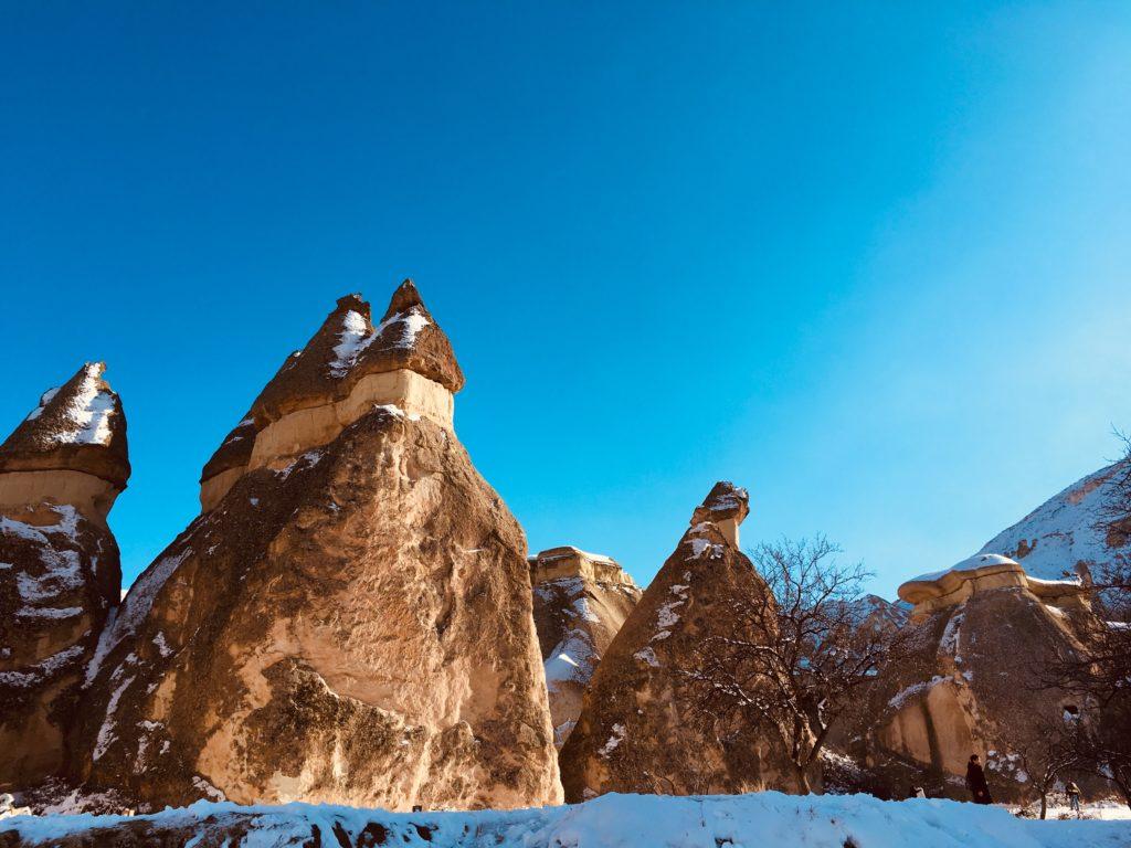 きのこが連なるカッパドキアの岩を観光