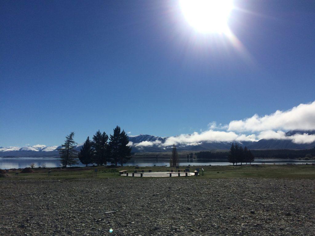 青空が輝くテカポ湖を観光