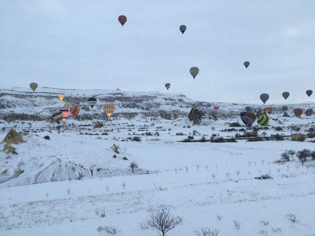 カッパドキアの気球ツアーで飛び立つ